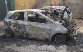 Hà Nội: 2 chiếc ô tô đỗ cạnh nhau bốc cháy trơ khung lúc sáng sớm
