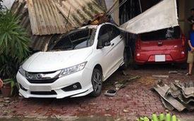 """Yên Bái: Honda City do """"mợ"""" cầm lái lùi vào nhà bên đường, bẹp dúm đuôi xe"""