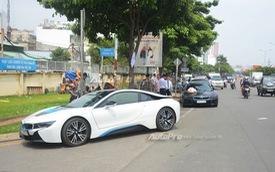 Bộ đôi BMW i8 cùng dàn xe sang tiền tỷ rước dâu tại Sài thành