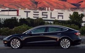 """Cận cảnh chiếc """"xe hot"""" Tesla Model 3 đầu tiên xuất xưởng"""