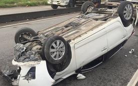 TP. HCM: Hai vợ chồng hoảng loạn kêu cứu trong ô tô bị lật nhào sau va chạm với container