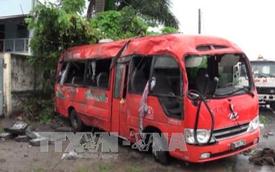 Xe khách mất lái lật ngang đường, 16 người thương vong