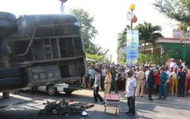 Xe buýt lật nghiêng đè lên xe máy khiến 2 người chết