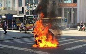 Hà Nội: Đang đi trên đường, xe máy Attila do một người phụ nữ điều khiển bất ngờ bốc cháy dữ dội