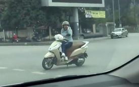 """Nữ """"Ninja"""" đi Honda Lead vô tư dựng xe máy giữa ngã tư, thản nhiên nghe điện thoại"""