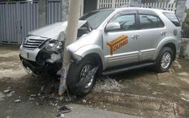 Đồng Nai: Tông gãy cột điện, Toyota Fortuner nát đầu