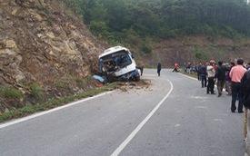 Hà Nội: Xe khách 45 chỗ lao vào vách núi, 1 người tử vong