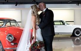 Khi dân cuồng Porsche tổ chức đám cưới: Cô dâu, chú rể đứng trên Cayenne chạy quanh trường đua