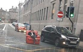 Dân chơi chán đời lôi ghế bành ra ngồi giữa đường, mặc kệ dòng người qua lại