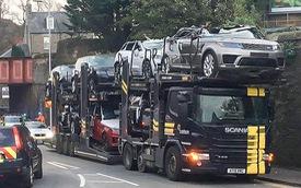 Loạt xe Range Rover và Jaguar hóa mui trần vì lỗi tài xế xe chở