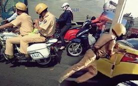 Nhìn lại những khoảnh khắc ấm lòng của chiến sỹ CSGT khi giúp đỡ người dân gặp nạn