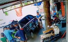 Dân chơi ngồi ô tô đắt tiền đi mua bánh gai, tiện tay trộm luôn chó của chủ quán
