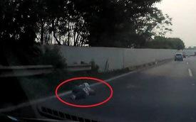 """Lướt qua vài giây, tài xế """"toát mồ hôi"""" khi nhìn rõ vật cản nằm giữa đường"""