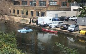 Bị xe giao hàng lùi trúng, xế độ Porsche lao xuống hồ nhưng câu chuyện sau đó mới đáng bàn