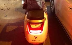 Mới mở bán được vài giờ, người dân đã bắt gặp xe máy điện VinFast lăn bánh trên phố đông