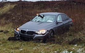 Tài xế BMW 3-Series thoát chết thần kỳ sau tai nạn cọc rào đâm xuyên kính lái