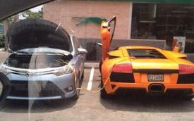 Siêu xe Lamborghini Murcielago chết máy, may nhờ có Toyota Yaris giúp đỡ