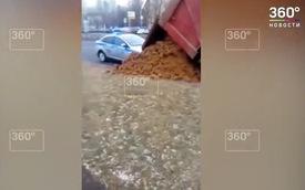 """Bị bắt vì chở quá tải, tài xế xe tải vô tình """"gạt tay trúng cần điều khiển"""" đổ nguyên cả khối đất lấp xe của cảnh sát giao thông"""