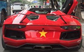 Siêu xe ồ ạt dán cờ cổ vũ đội tuyển Việt Nam trước trận Chung kết, Aventador mui trần 'cháy đuôi' tái xuất