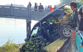 Hà Nội: Hyundai Santa Fe mất lái tông đổ giải phân cách, phi lên vỉa hè rồi đâm nát lan can lao thẳng xuống hồ Trúc Bạch