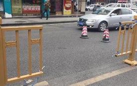 Lén cắt hàng rào giao thông vì... vợ