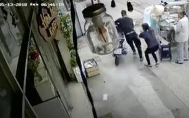 Clip: Tên trộm lợi dụng sơ hở 'hack' xe ngay trước mặt chủ nhà trong một nốt nhạc