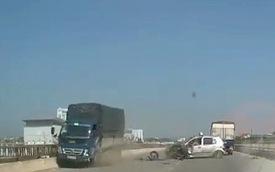 Clip sốc: Taxi hiên ngang lấn làn rồi đâm trực diện xe tải xem bên nào cứng hơn
