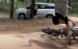 Clip: Thanh niên biểu diễn cào cào bay giống trong phim nhưng bất thành khiến xe một nơi người một nẻo