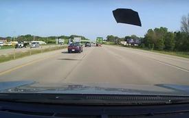 Nắp ca pô bật khỏi Toyota Camry trên cao tốc, suýt gây tai nạn chết người cho xe sau