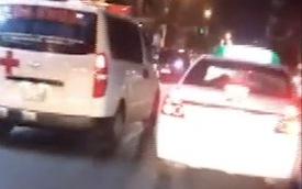 Clip: Bất chấp xe cứu thương rú còi xin đường, taxi vẫn ung dung chạy chặn đầu khiến dư luận đồng loạt ném đá