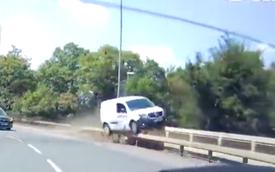 Muốn vượt xe trước nhưng không được, ô tô lao thẳng lên thanh chắn đường