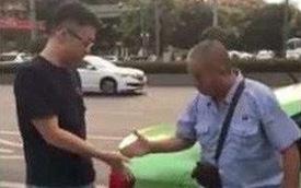 Trung Quốc: Cãi nhau sau va chạm xe nhưng không phân được ai sai ai đúng, hai người tài xế đành giải quyết bằng cách... oẳn tù tì với nhau