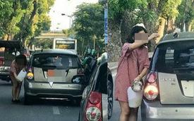 Tranh thủ đường đông, người phụ nữ cầm can xăng đổ cho ô tô ngay giữa phố Hà Nội