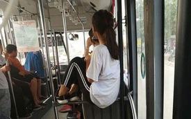 """Hành động dị thường của cô gái trên xe buýt khiến dân mạng """"rào rào"""" phản ứng"""
