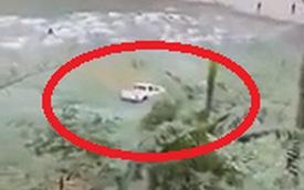 """Ô tô dần chìm dưới lòng sông, mọi người hét khản cổ: """"Nhảy ra ngoài đi, chết đấy!"""""""