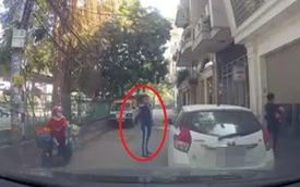 """Tài xế bấm còi inh ỏi xin nhường đường, thanh niên đanh đá đáp trả: """"Xuống dắt xe mà đi"""""""