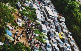 Kinh ngạc hàng trăm ô tô đứng sát nhau, kẹt cứng không lối thoát ở Hà Nội