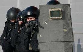 Xem đặc nhiệm Spetsnaz của Nga lấy đà đá vỡ tan kính chắn gió ô tô