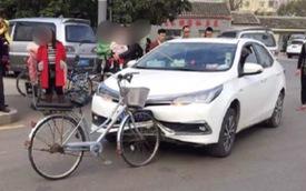 Hy hữu: Xe đạp tông vỡ cản trước Toyota Corolla Altis