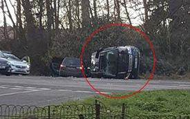 Chồng Nữ hoàng Anh lái Land Rover bị lật 90 độ sau va chạm với chiếc Kia