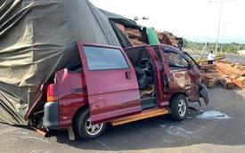 Xe container chở gỗ lật ngửa trên đường, đè bẹp ô tô đi bên cạnh