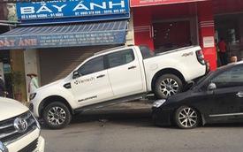 """Đà Nẵng: Xe bán tải chạy lùi, kéo lê và hất văng 2 xe máy rồi """"nhảy"""" lên đè bẹp đầu ô tô phía sau"""