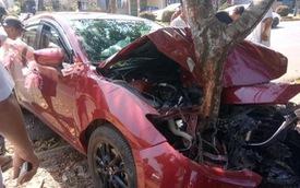 Chiếc Mazda3 đón dâu biến dạng, dính chặt vào gốc cây - hiện trường vụ tai nạn gây ám ảnh