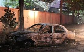 Tài xế tập lái lao vào đống rác, ô tô bốc cháy dữ dội