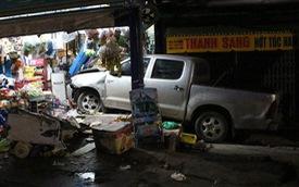 Toyota Hilux tông xe máy rồi lao vào cửa hàng tạp hoá bên đường, 3 người trọng thương