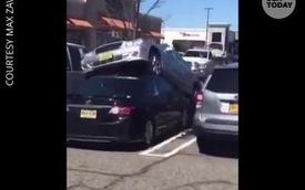 Chủ xe Mercedes thể hiện tài đỗ 'thượng thừa' khi nhảy lên đầu Toyota