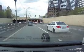 """Phì cười màn """"đào thoát"""" của lốp xe Chevrolet trên cao tốc và màn rượt đuổi tốn calo của chủ xe"""