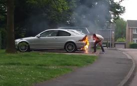 Chủ xe BMW dập lửa bằng cách… thổi, đạp vào xe và cái kết đắng khó tránh khỏi