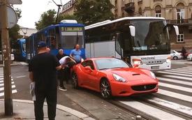 Cả phố đông nghịt người qua lại tắc cứng vì chủ xe Ferrari bận đổ xăng