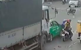 Clip: Đang dừng đèn đỏ, xe tải bất ngờ ủi trôi chiếc taxi và xe máy khiến nhiều người thót tim